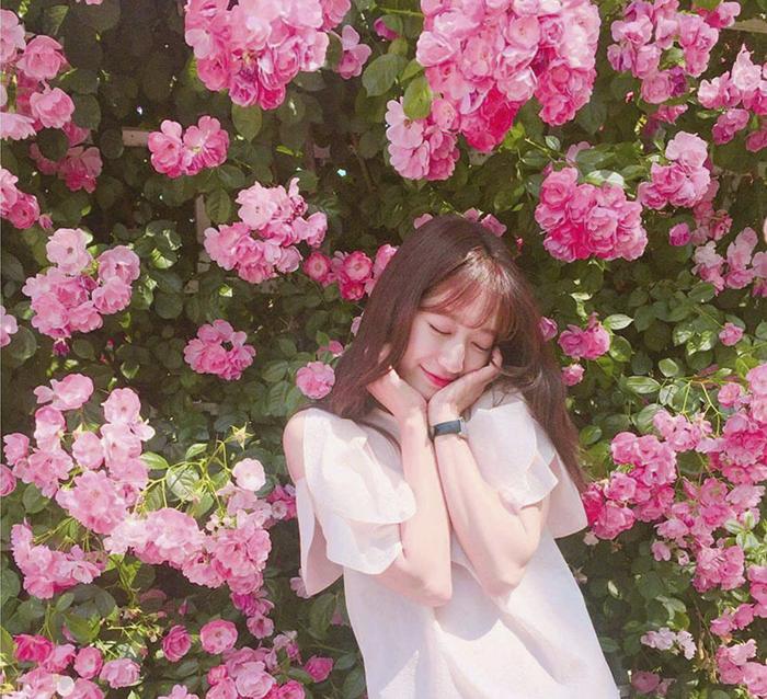 cách tạo dáng chụp ảnh với hoa